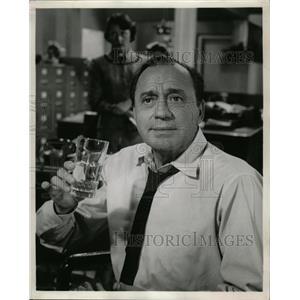 """1957 Press Photo Actor Jack Benny """"The Fenton Touch"""" - RRW27175"""