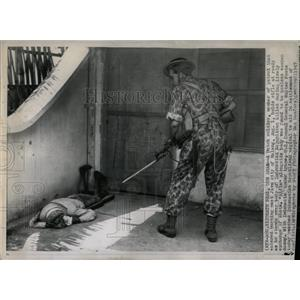 1947 Press Photo Dutch Soldier Over Body In Malang - RRX77037