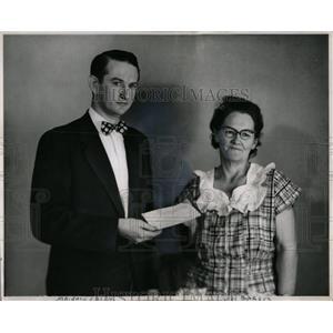 Press Photo Thelma Carson Smith Russell Insurance Check - RRW00607