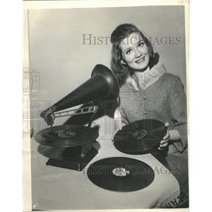 1963 Press Photo Susan Ronan 1902 Vintage Phonograph - RRW35333