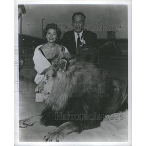 1969 Press Photo Carroll Righter with actress Rhonda Fleming and Leo the Lion