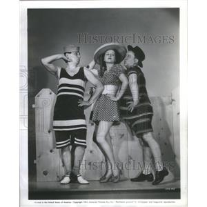 1941 Press Photo Olsen Johnson Establish Beatrice Roberts In Hellzapoppin