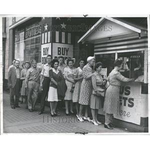 1943 Press Photo War Bond Buyers WWII - RRV88815