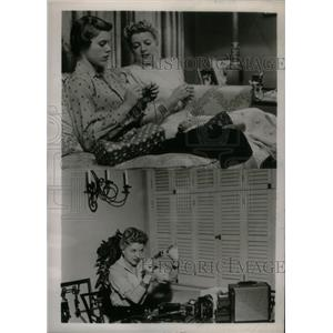 1954 Press Photo Actress Betty Furness Daughter Knit - RRX41367