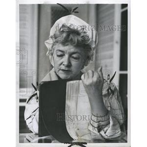 1958 Press Photo Actress Helen Hayes Studies Script - RRW33415