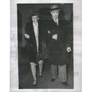 1946 Press Photo Gloria Williams Walks With Detective Timothy Connell In Chicago