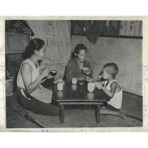 1945 Press Photo Tokyo Mealtime Population - RRX81083