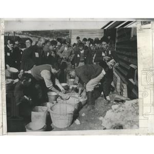 1946 Press Photo Japan repatriates wooden barracks US - RRX81365