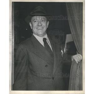 1945 Press Photo Carl Benton Reid Making Up Father Role In Life With Father