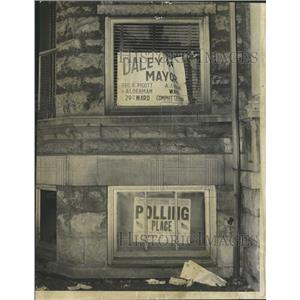 1955 Press Photo Man removing sign home polling place - RRW29641