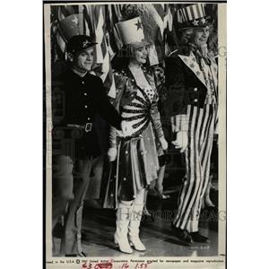 1961 Press Photo Actors James Cagney & Joan Leslie - RRW27049