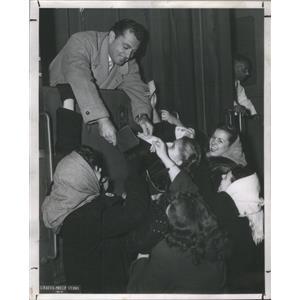 1948 Press Photo fans Pleas One Autograph Tony Martin Train Los Angeles station