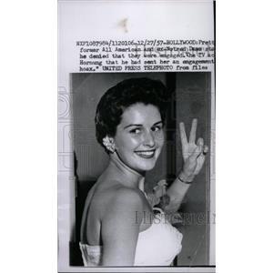 1957 Press Photo Pat Mowry film artist shows victory - RRW96175
