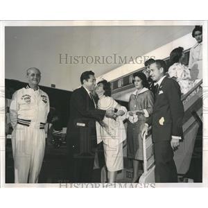 1959 Press Photo Miss El Salvador Greets Pan-Am Team - RRW52165