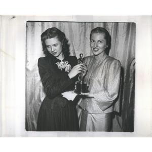 1947 Press Photo Cathy O'Donnell accepts Oscar for Frederick March - RSC76543
