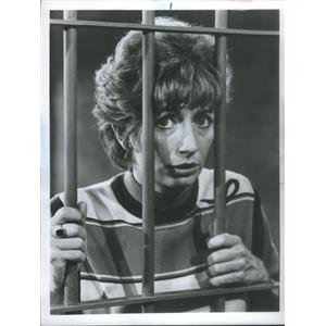 """1977 Press Photo Laverne (Penny Marshall) is in Jail on """"Laverne & Shirley"""""""