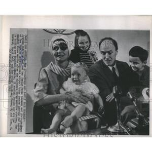 1955 Press Photo Actress Patricia Neak and Husband Roald Dahl with kids