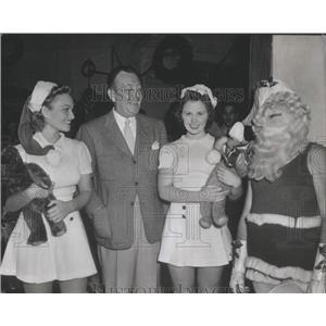 1940 Press Photo Actor Raymond Walburn with Santa and Ushorottes - RSC43139