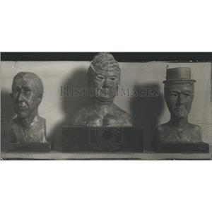1917 Press Photo Clay Busts Sitting On Display Boards - RSC87205