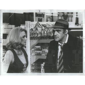 1977 Press Photo Angle Dickinson and Abe Vigoda Star Humorous Look - RSC53159
