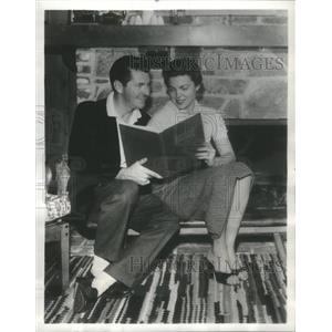 1958 Press Photo Dotto Game Show Quizmaster Narz With Wife Home Fireplace
