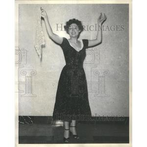 1954 Press Photo Black Orchid Actress Russell Impersonating Hildegarde