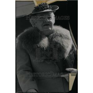 1943 Press Photo Farnk Cullen Daily Society Women Wool - RRU23847