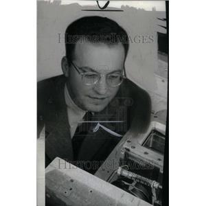 1956 Press Photo Donald Glaser Physicist Neurobiologist - RRU33757