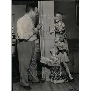 1955 Press Photo Louis Peterhans Fathers Day Triplets - RRU35251