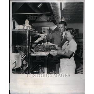 1976 Press Photo Joan and James looking over ribs - RRU43661