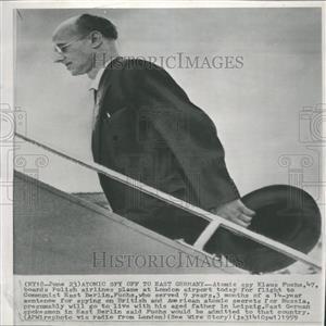 1959 Press Photo Klaus Fuchs boards a plane