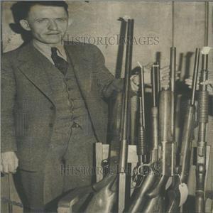1935 Press Photo Ray Hunpareef guns