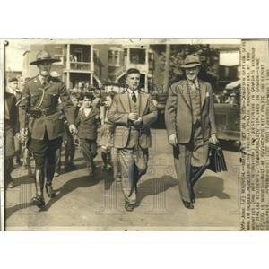 1940 Press Photo Canadian Mounties/Italian Immigrant