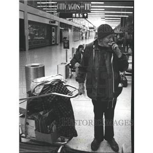 1990 Press Photo Grace Schaafama grabs Airport Evicated - RRW40411