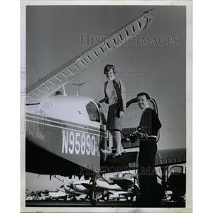 Press Photo Mrs Marion Bob Auburn poses plane traveling - RRW15931