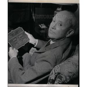 1965 Press Photo Pilot Curry Holding Early Birds Plaque - RRX47795