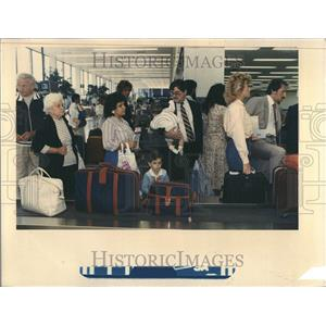 1987 Press Photo Family Waiting For Luggage OHare - RRV43991