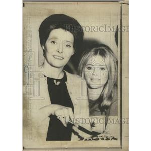 "1972 Press Photo Patricia Neal's 46th Birthday Cuts Cake With ""The Boy"" Cast"