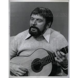 1977 Press Photo Theodore Meir Bikel Actor Folk singer - RRX34587