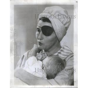 1970 Press Photo Pat Neal In Turban And Eye-Patch leaving Hospital After Stroke