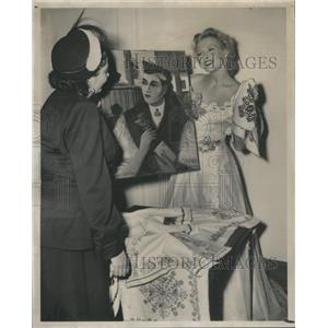 1947 Press Photo Ilona Massey Actress Sells Hungarian Painting Zita Schwartz