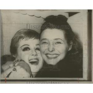 1968 Press Photo Patricia Neal actress Angela Lansbury New York career hug