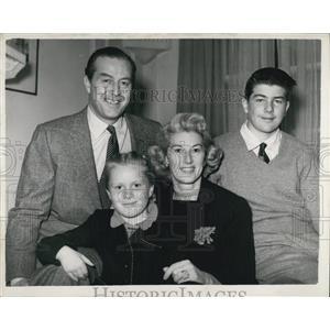 1953 Press Photo Screen Star Ray Milland & Family On Holiday