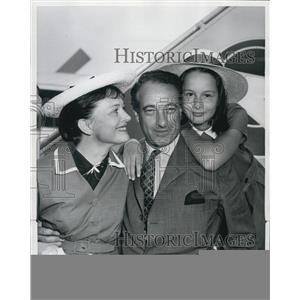 1956 Press Photo Victor Borge heads for vacation after 2 years on Broadway