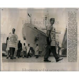 1961 Press Photo Pickets National Maritime Union Hudson - RRX21057
