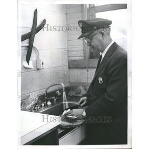 1960 Press Photo Quarantine Inspector Brenneke Fruit - RRV70097