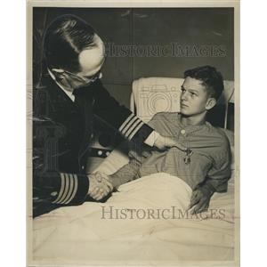 1951 Press Photo Young Hero Van Hite Thompson awarded a Purple Heart.