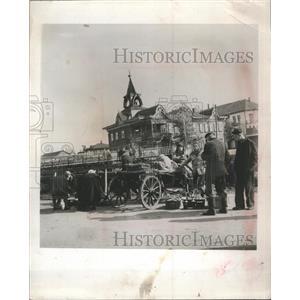 1954 Press Photo Marguerite Higgins is detained by Soviet militiamen for photo