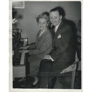 1954 Press Photo Stage Couple Evelyn Laye Frank Lawton Playing Piano