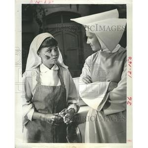 """1968 Press Photo Sally Field and Marge Redmond 'Old Cars For New"""" The Flying Nun"""